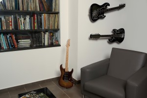 Floating-Guitar-Mini-Stand-context_RGB02